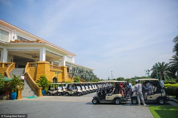 Khu vực trạm xe điện (buggy station). Xe điện là phương tiện di chuyển chủ yếu trong các sân golf vì diện tích các sân rất lớn, đi bộ mất rất nhiều thời gian và sức lực.