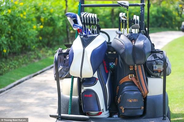 """Mỗi golf thủ tham dự giải đều mang theo bộ gậy của mình. Giá trị mỗi bộ từ vài chục cho đến cả trăm triệu đồng. Tất nhiên, """"tiền nào của nấy"""", một cây gậy tốt có thể sẽ giúp bạn thay đổi được cục diện trận đấu, hoặc cải thiện thành tích để nhảy vọt trên bảng xếp hạng."""