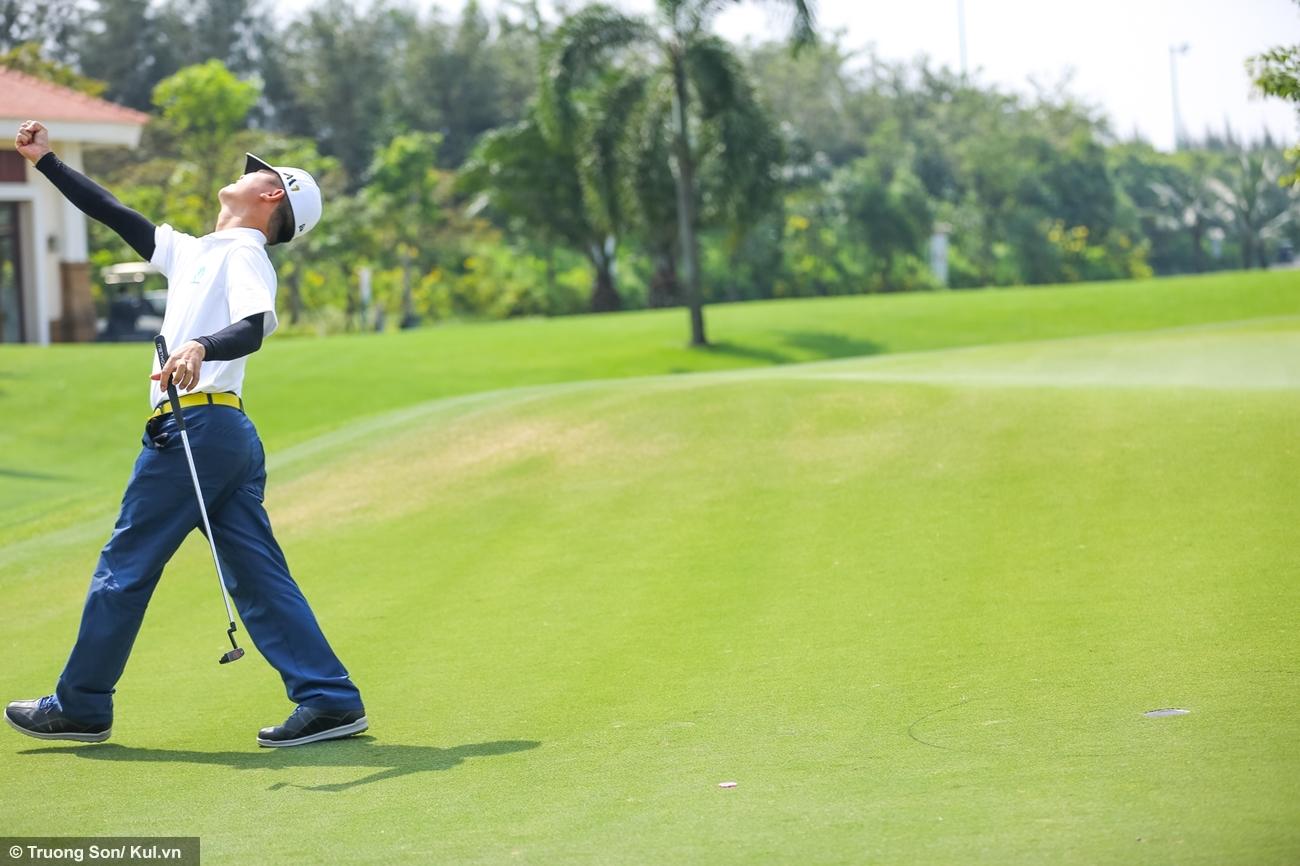 Một golf thủ bày tỏ cảm giác chiến thắng putt được bóng vào lỗ từ khoảng cách tương đối xa