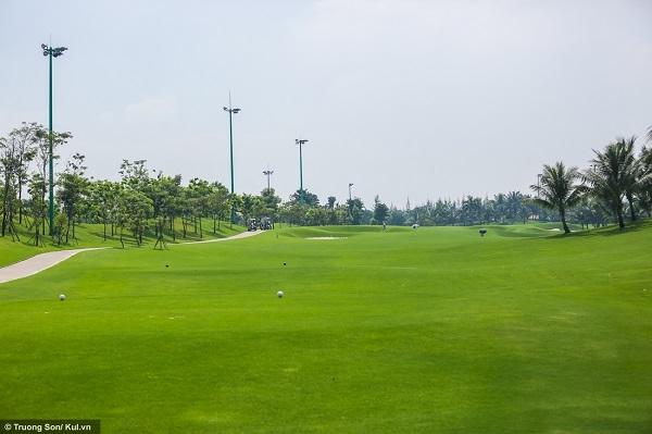 Một góc nhỏ bên trong sân golf Tân Sơn Nhất - điểm đến yêu thích của giới chơi golf Sài Gòn. Sân có 36 lỗ golf với 4 khu, mỗi khu có số lượng gậy tiêu chuẩn là 36. Mỗi ngày, sân đón khoảng 800 khách, một phần đáng kể trong đó là khách nước ngoài.