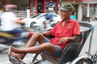 Ông Lê Văn Ngà đang buồn rầu chờ đón khách đi xe