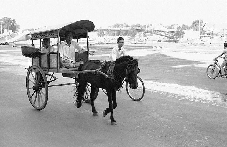 Trên đường Bến Chương Dương, phía xa là cầu Mống, Sài Gòn năm 1959. Ảnh: Getty.