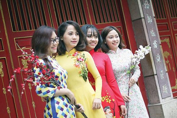 Bạn trẻ Sài Gòn trong trang phục áo dài để chụp bộ ảnh đón xuân tại lăng Lê Văn Duyệt - Ảnh: N.HIỂN