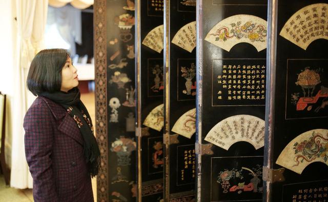 Nhiều du khách tò mò với bức bình phong quý giá và kỳ lạ tại Dinh 2 - Ảnh: THIÊN KHẢI