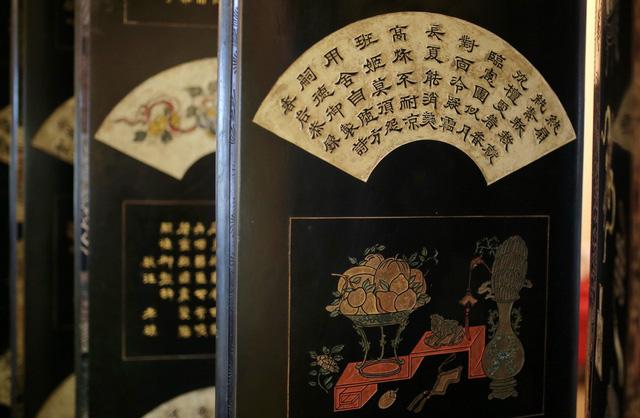 Bài thơ hình quạt được khắc trên bức bình phong - Ảnh: THIÊN KHẢI