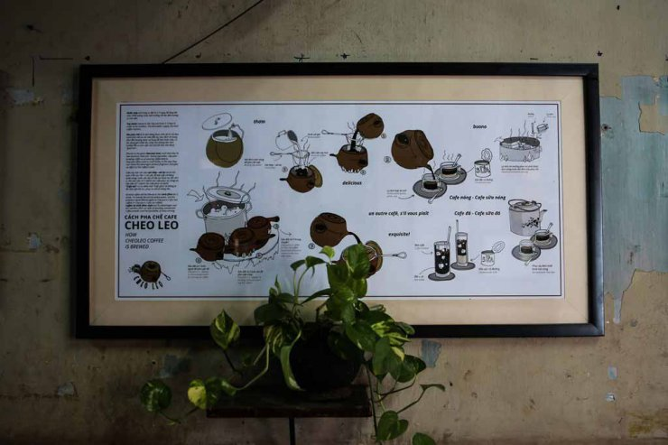 Cheo Leo giữ cách pha chế cà phê rất cũ của người Sài Gòn: cà phê pha bằng vợt vải và dùng siêu đất để pha chế, ủ cà phê.