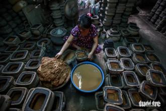 Từ khi là một cục đất, bột tro trấu, miếng sáp cho tới khi thành một sản phẩm hoàn chỉnh, chiếc lư đồng trải qua cả chục công đoạn và mỗi người chỉ đảm nhận một việc.