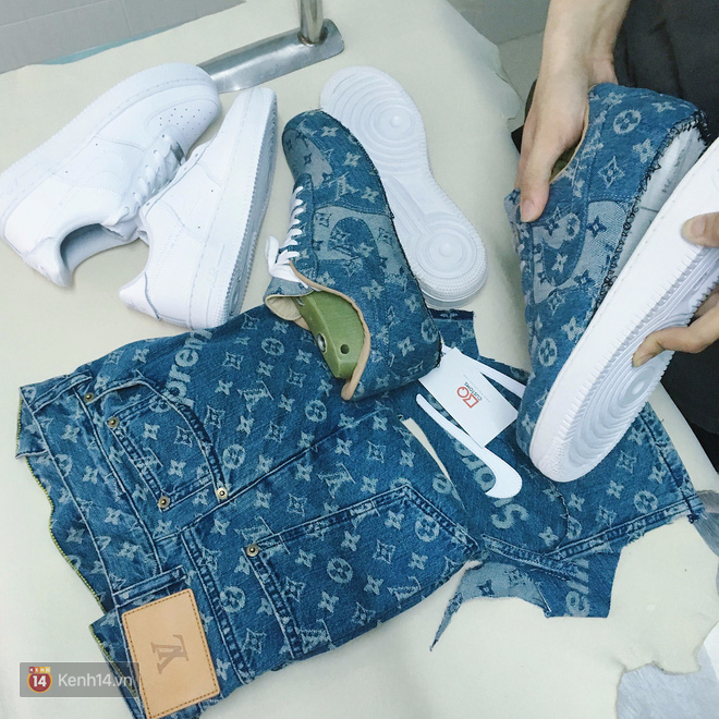 """2 đôi AF1 """" trắng tinh như Ngọc Trinh"""" cũng bị tháo rời, sau khi phần thân giày (upper) hoàn thành chúng sẽ được ráp lại như cũ. Nghe qua rất đơn giản nhưng không phải customizer nào cũng thực hiện thành công"""