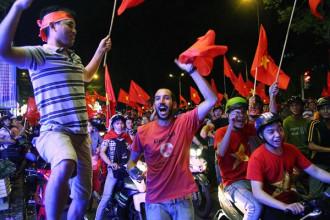 Người nước ngoài cùng ăn mừng với CĐV Việt Nam trên đường Lê Duẩn (Q.1, TP.HCM) PHẠM HỮU