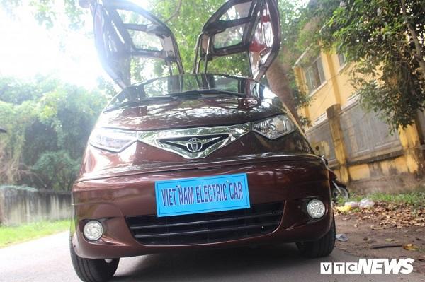 Chiếc ô tô điện kiểu dáng đại bàng tung cánh do ông Trần Minh Tâm (ngụ ở huyện Củ Chi, TP.HCM) chế tạo.