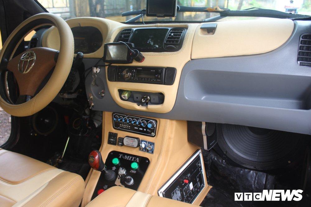 Đặc biệt, trong xe còn được lắp ráp dàn âm thanh có tính năng hát karaoke.