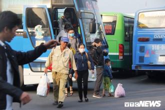 Sau 3 ngày nghỉ Tết Dương lịch, người dân tay xách nách mang trở lại TP.HCM để tiếp tục làm việc, sinh hoạt.