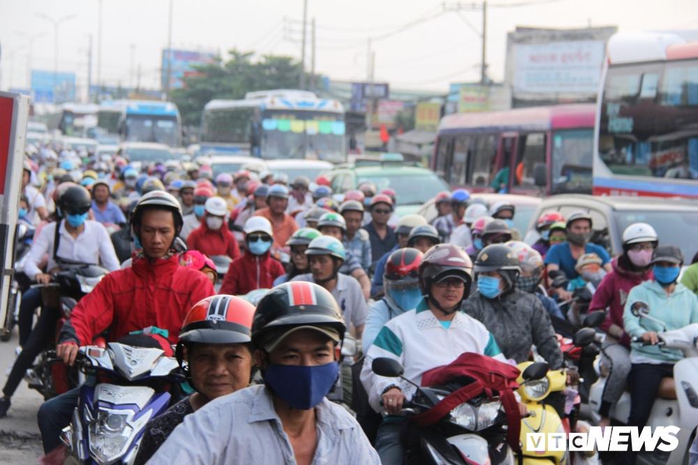 Dòng xe cộ chen chúc nối dài hàng cây số, người dân mệt mỏi vì phải chờ đợi.