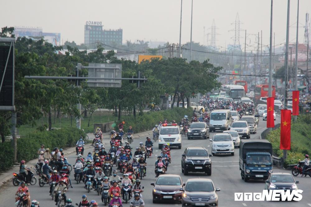Người dân ùn ùn kéo về thành phố sau kỳ nghỉ Tết.