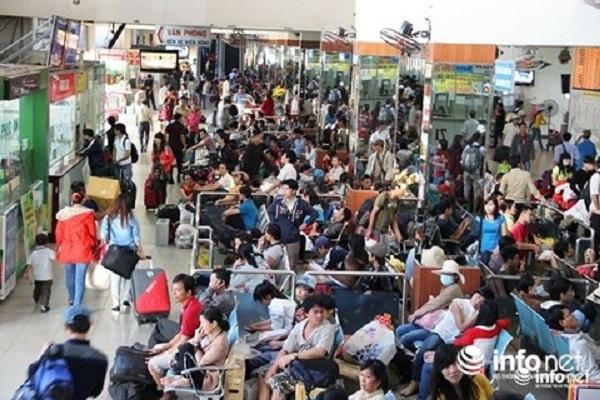 Giá vé tàu Tết Nguyên đán năm nay tăng từ 3% - 5% so với năm trước nhưng nhiều người vẫn khó mua. Giá vé xe khách tăng từ 20% - 60% so với ngày thường.