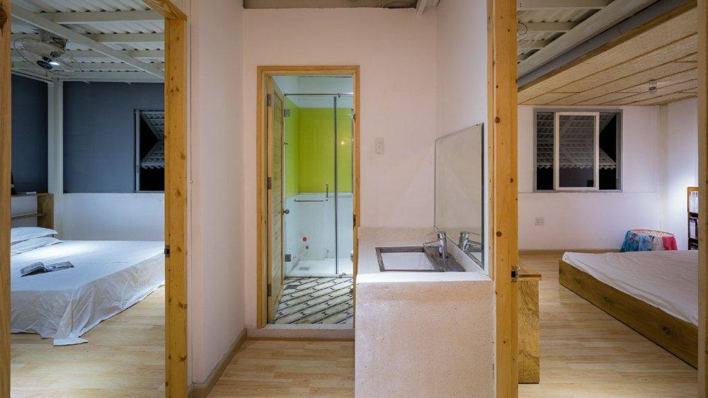 Hầu như cấu trúc khung cũ đều được giữ lại và sử dụng thêm khung thép tiền chế để tiết kiệm chi phí và rút ngắn thời gian xây dựng.