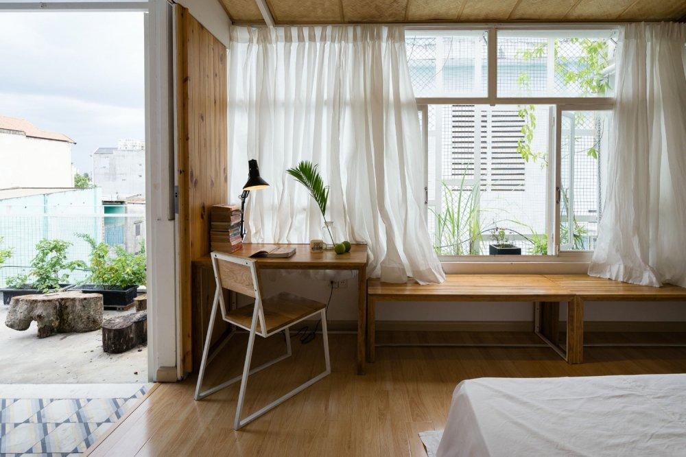 Phòng ngủ lớn hướng ra góc vườn nhỏ xinh. Tất cả các phòng ngủ đều có ít nhất 2 cửa sổ để đón gió và ánh sáng tự nhiên.