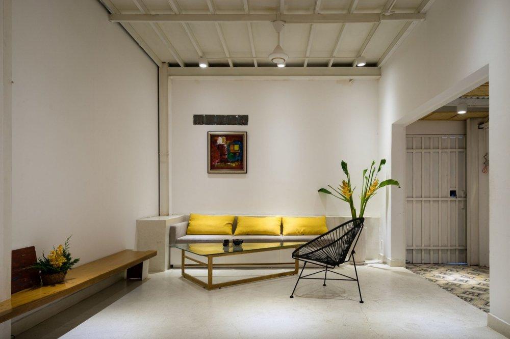 Phòng khách đơn giản nhưng xinh xắn bất ngờ. Thiết kế giúp cho căn phòng như rộng hơn và đón nhiều ánh sáng.