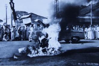 Sự bình thản của Bồ tát Thích Quảng Đức giữa ngọn lửa dữ - Ảnh: Nguyễn Văn Thông
