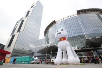 Một bức tượng chó khổng lồ đặt trước trung tâm hội nghị COEX ở Seoul, Hàn Quốc - Ảnh: Yonhap/EPA