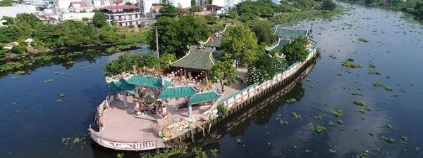Nằm trên sông Vàm Thuật, thuộc địa phận quận Gò Vấp, TP HCM, Phù Châu Miếu (hay còn gọi là Miếu Nổi do vị trí và cách xây dựng độc đáo) là địa chỉ linh thiêng nổi tiếng ở Sài Gòn - Ảnh: Son Nguyenminh
