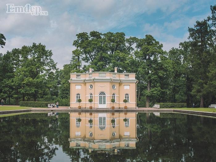 Mặt hồ tĩnh lặng như gương trong quần thể khu vực cung điện Mùa Đông.