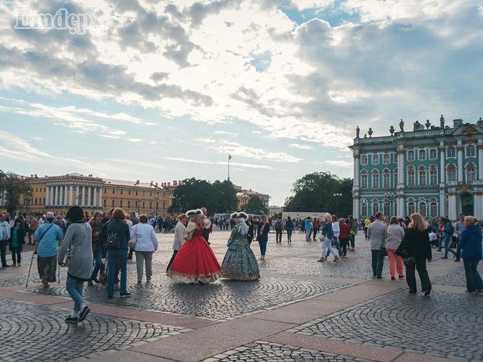 Khá nhiều lễ hội hóa trang diễn ra ngay trên đường khi Nga vào mùa xuân.