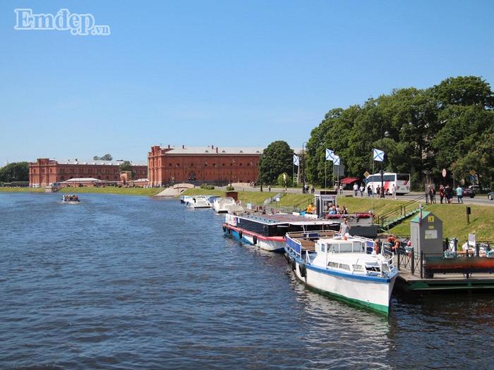 Bằng không thì bạn có thể đi tàu trên sông Volga với 320.000 đồng/lượt, mắc gần gấp đôi so với đi kênh nhưng ngắm hoàng hôn đẹp hơn.