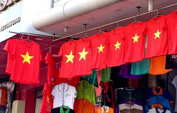 Các mặt hàng thời trang như cờ, áo, băng rôn được bày trí bắt mắt