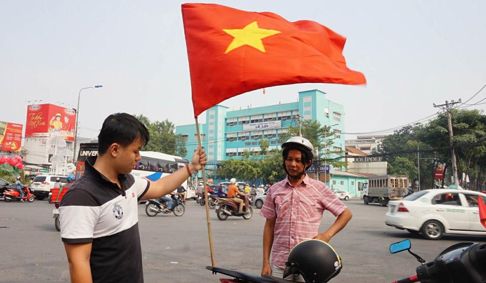 Nam thanh niên chọn cho mình lá cờ gắn sau yên xe máy