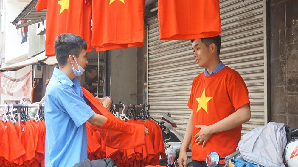 Sau khi lựa chọn xong, hai nam sinh viên thử áo ngay tại cửa hàng.