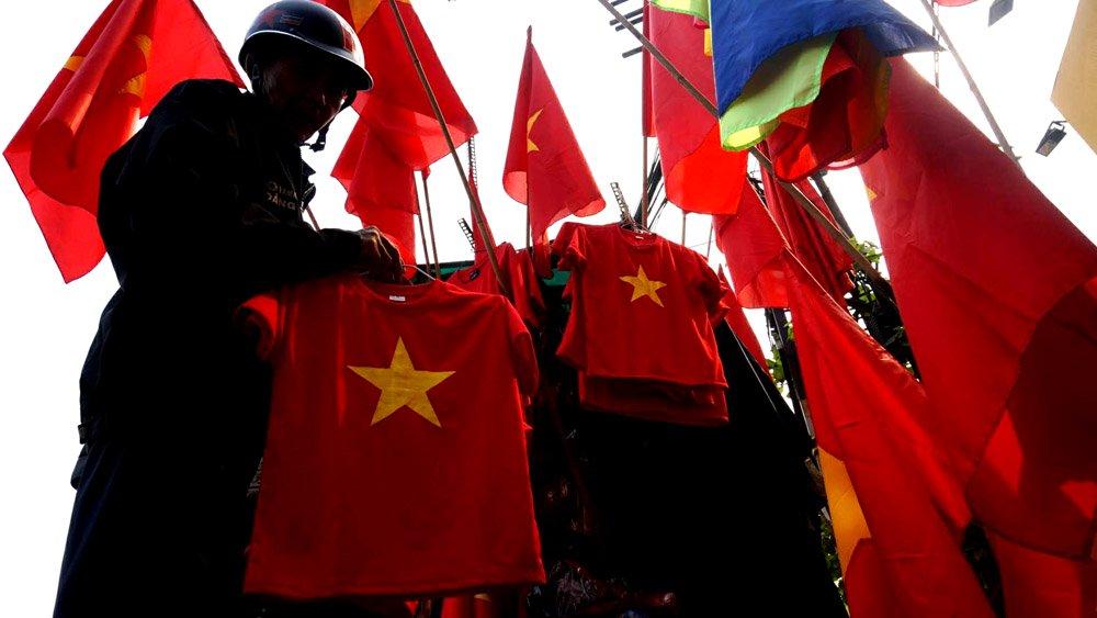 """""""Ngày mai, tuyển U23 Việt Nam sẽ quyết đấu, tôi hi vọng các cầu thủ bình tĩnh, tự tin, chiến thắng""""- chú Hùng (62 tuổi, ngụ quận 5) hào hứng nói."""