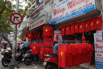 Các phố thời trang ở Sài Gòn như Nguyễn Trãi (Q.5), Lý Chiến Thắng, Lê Văn Sĩ (Q.3), Cao Thắng (Q.10), Quang Trung, Chợ đêm Hạnh Thông Tây (Gò Vấp) nhưng ngày cận kề trận đấu lịch sử của U23 Việt Nam - Uzbekistan trở nên nhộn nhịp.