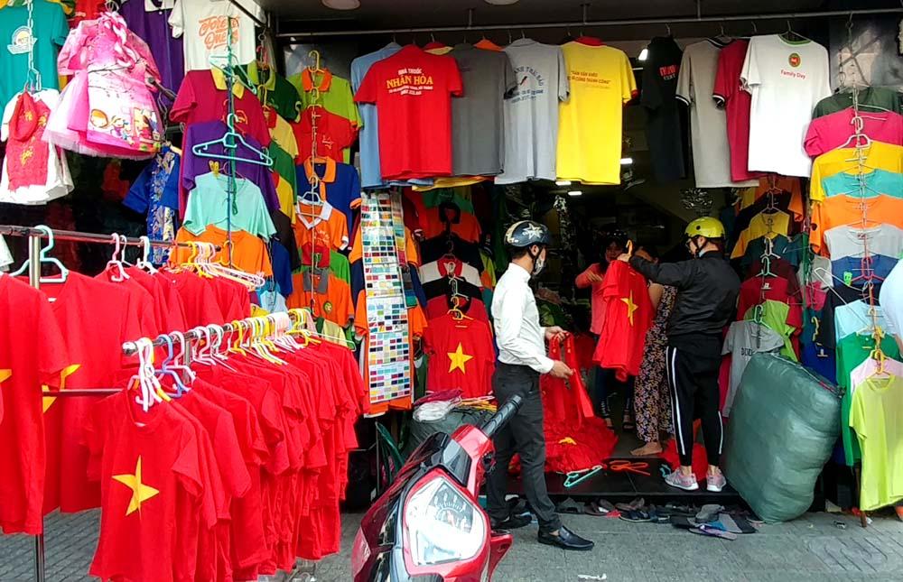 Chủ cửa hàng trên đường Cao Thắng cho biết, hai ngày qua, cửa hàng bán mỗi ngày gần 1.000 áo. Trong đó, có nhiều người đến lấy sỉ.