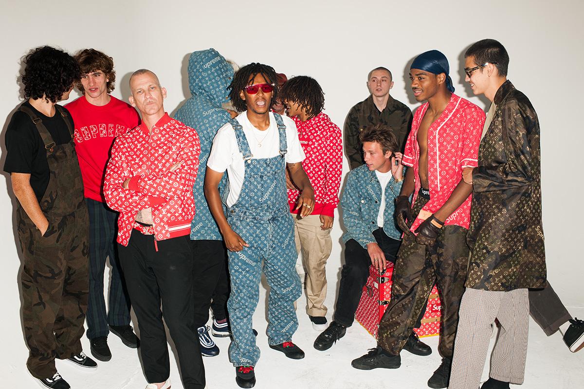 Anh chàng ở chính giữa đang diện quần yếm Louis Vuitton x Supreme Denim Overalls Monogram, được bán trên Ebay với giá 2950 USD (khoảng 67 triệu đồng)