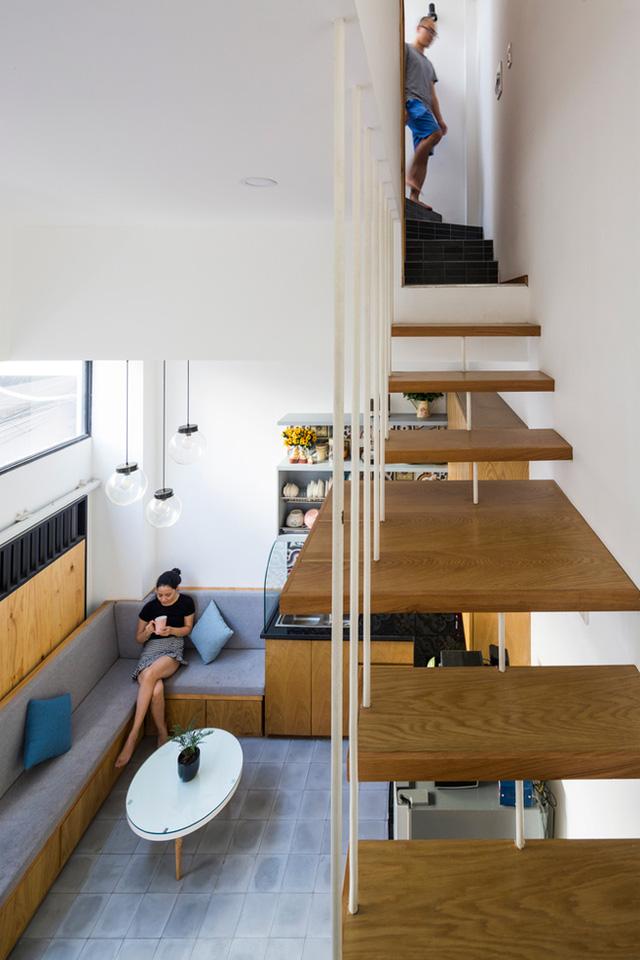 Cầu thang gỗ thanh mảnh tạo độ thông thoáng cho không gian.