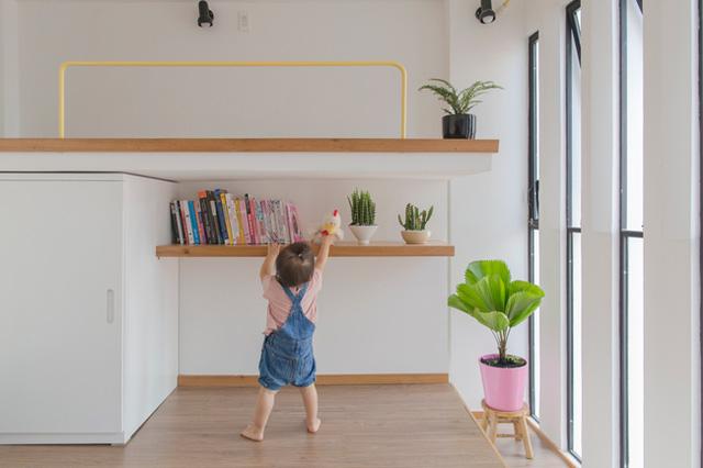 Để đảm bảo an toàn cho trẻ, toàn bộ khe sáng được lắp kính kiên cố và có cả cửa để chủ nhà có thể tự điều chỉnh gió vào nhà.