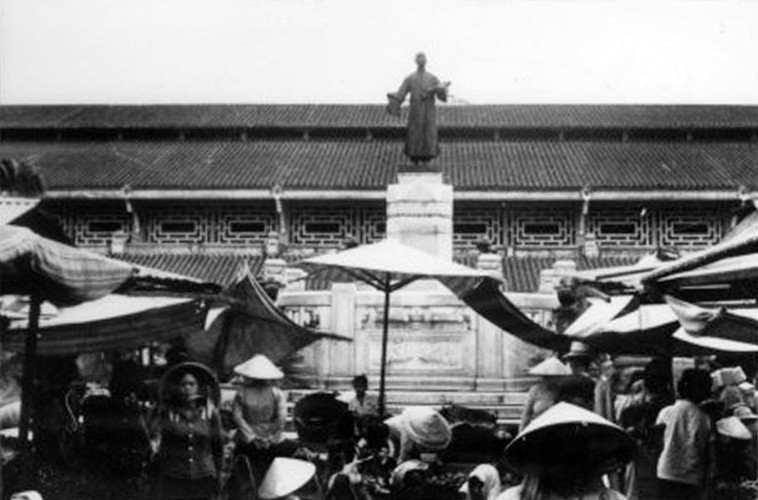 Tượng ông Quách Đàm - người sáng lập chợ Bình Tây - đặt ở sân trong chợ. Tượng hiện được lưu giữ ở Bảo tàng Mỹ thuật TP HCM, dự kiến sẽ được đưa về vị trí cũ sau khi quá trình trùng tu chợ Bình Tây hoàn tất. Ảnh tư liệu