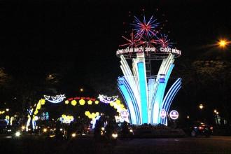 Để chào đón năm mới 2018, TP.HCM đã tổ chức trang trí các tuyến đường khu vực trung tâm lộng lẫy hoa tiết cùng hệ thống đèn LED rực sắc màu.