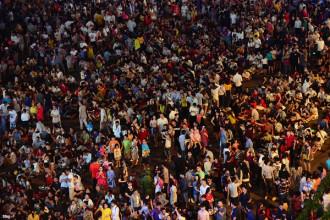 Lúc 20h, phố đi bộ Nguyễn Huệ, quận 1 chật kín người. Đứng từ đây, người dân có thể chiêm ngưỡng pháo hoa đón năm mới dễ dàng.