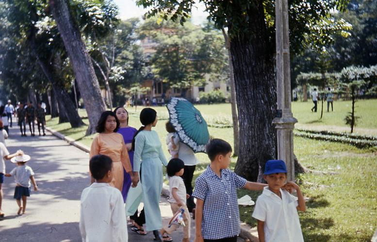 Phụ nữ và trẻ em trong Thảo Cầm Viên Sài Gòn. Ảnh: Carl Nielsen.