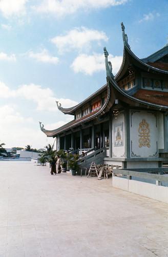 Bên ngoài khu chính điện của chùa Vĩnh Nghiêm. Ảnh: Carl Nielsen.