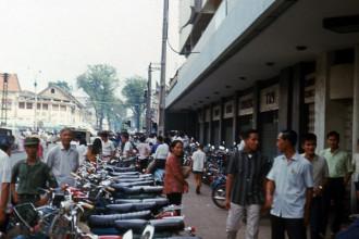 Vỉa hè bên ngoài thương xá Tam Đa ở ngã tư Công Lý (Nam Kỳ Khởi Nghĩa) - Lê Lợi, Sài Gòn năm 1970. Ảnh: Carl Nielsen.