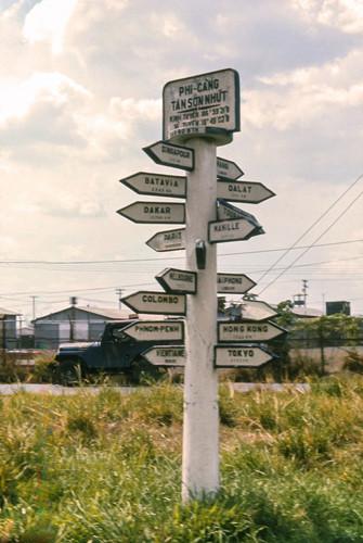 Cột tọa độ bên ngoài sân bay Tân Sơn Nhất. Ảnh: Carl Nielsen.