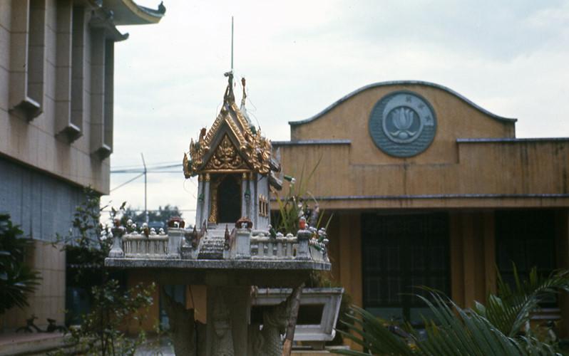 Trong khuôn viên chùa Xá Lợi. Ảnh: Carl Nielsen.
