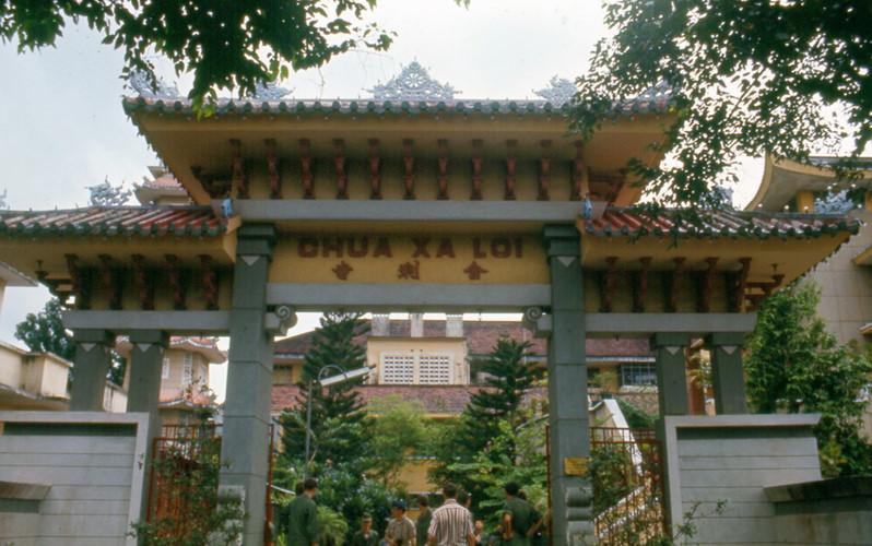 Cổng chùa Xá Lợi. Ảnh: Carl Nielsen.