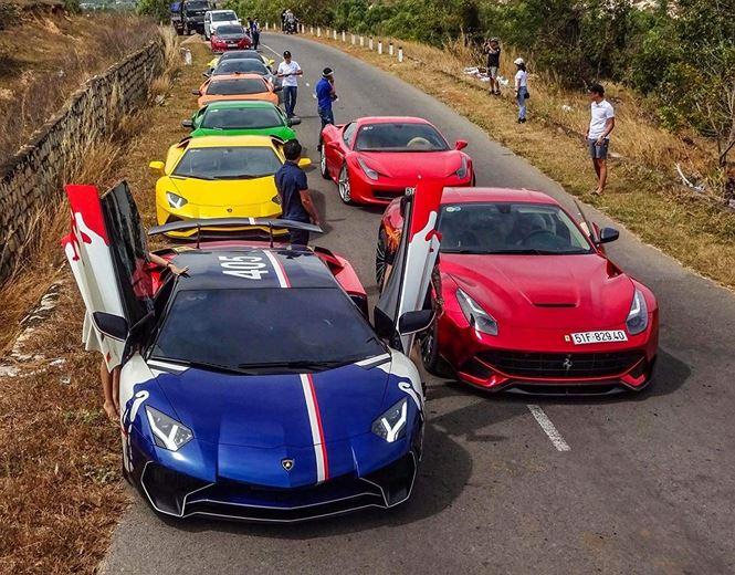 """Dàn siêu xe gây chú ý khi ngoài những mẫu xe nguyên bản còn có sự góp mặt của nhiều mẫu độ khủng và độc tại Việt Nam. Đại gia Minh """"Nhựa"""" tiếp tục hành trình lần này với mẫu siêu xe quen thuộc Lamborghini Aventador LP750-4 Superveloce (màu xanh) khoác lên mình dàn áo cá tính."""