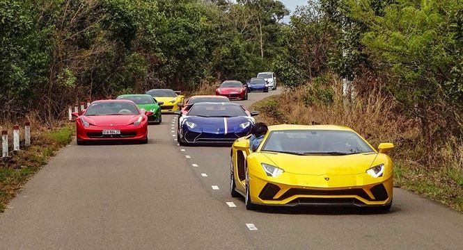 Dẫn đầu là siêu xe Lamborghini Aventador S độc nhất tại thị trường Việt Nam.