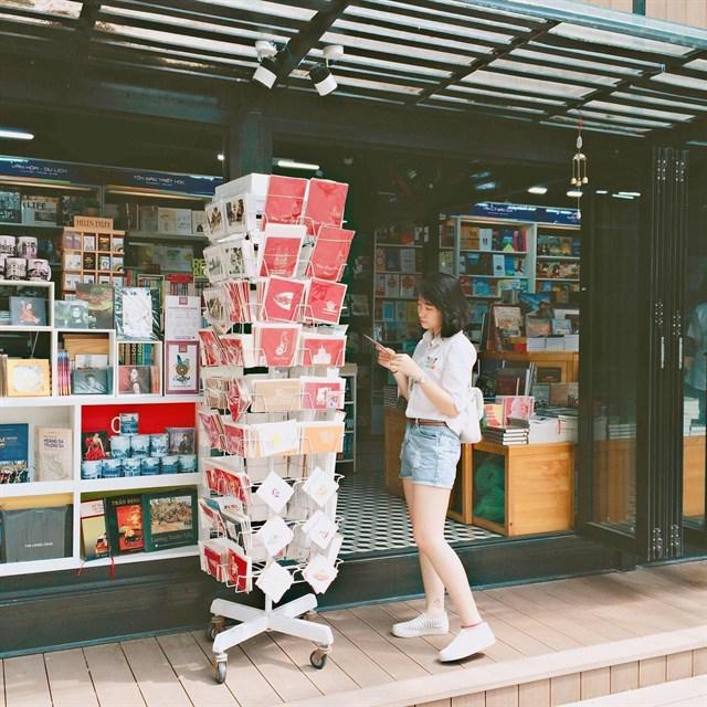 """Một cửa hàng sách là một background cực chuẩn để cho ra đời những bức hình đẹp mà không hề lẫn với bất cứ ai. Mà tại đường sách thì có vô vàn cửa hàng sách, tha hồ cho các bạn trẻ thỏa mãn tinh thần """"sống ảo"""" nha."""
