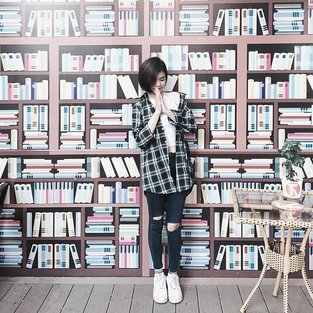 """Một bức tường """"đầy sách"""" vô cùng bắt mắt như thế này."""